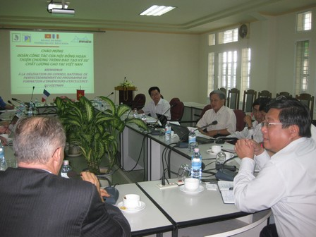 Đoàn Pháp làm việc tại trường Đại học Bách khoa Đà Nẵng - 51.3kb