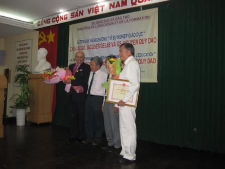 Giáo sư Jacques GELAS và giáo sư NGUYEN Quy Dao chụp ảnh lưu niệm với lãnh đạo Bộ - 41.1kb