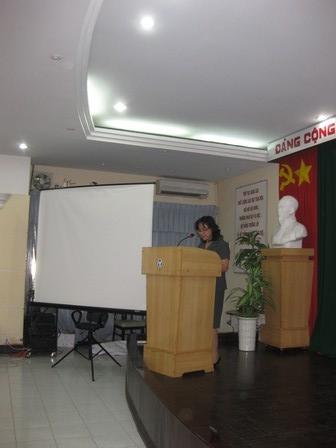 Bà Nguyễn Thanh Huyền, Phó Vụ trưởng Vụ Hợp tác quốc tế, chủ trì buổi lễ trao Kỷ niệm chương vì sự nghiệp giáo dục cho giáo sư Jacques GELAS và giáo sư NGUYEN Quy Dao - 66.7kb